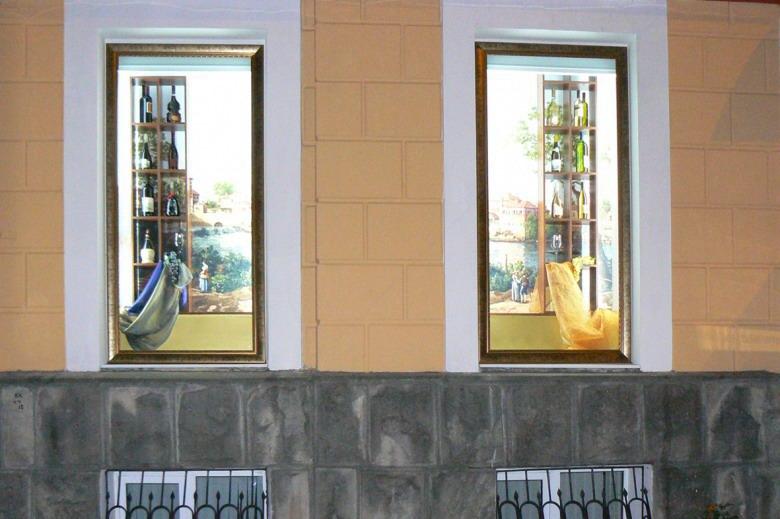 Объемные композиции в витринах для магазина вин